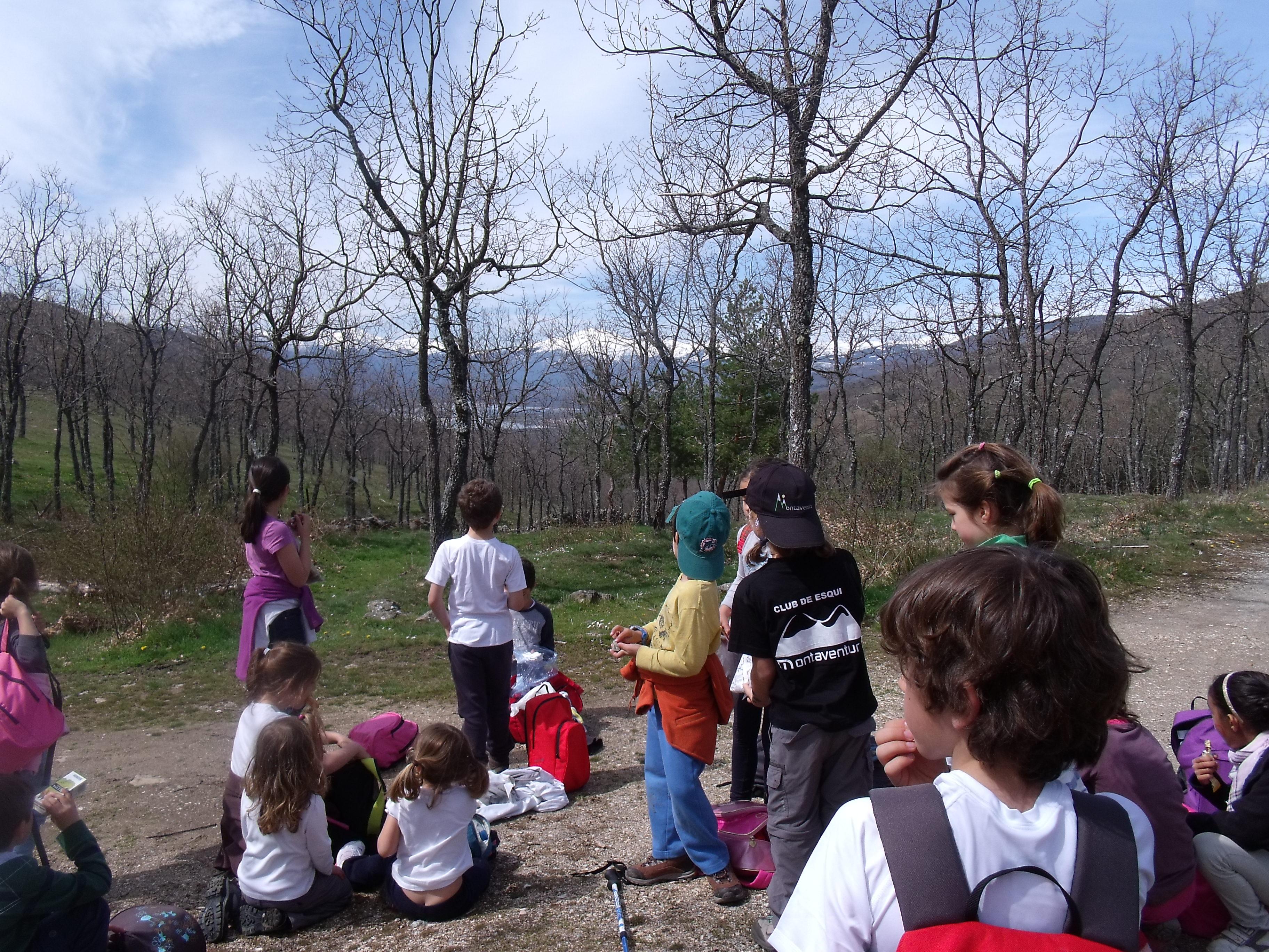 familias de la escuela de senderismo buscando la primavera